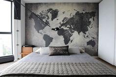 chambre grise avec une décoration murale carte du monde