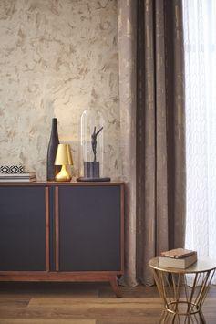 Papier peint intissé Marbre beige pour un salon cosy. #leroymerlin #tendance #ideedeco #madecoamoi #wallpaper #papierpeint #salon #rideau #voilage