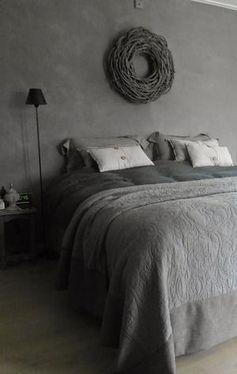 Bekijk de foto van Marington-nl met als titel Gezellige landelijke slaapkamer in grijs. Leuke kussens en een sprei op het bed en een krans aan de muur. #krijtverf en andere inspirerende plaatjes op Welke.nl.