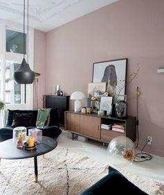 Esprit vintage chic dans ce salon dont les murs ont été recouverts d'une teinte de vieux rose.