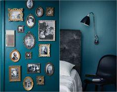 déco murale: couleur de peinture bleu pétrole et cadres photos rétro