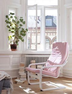 Un fauteuil à bascule rose pastel qui allie confort et féminité