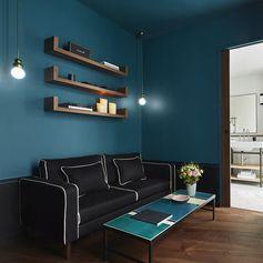 Dans le salon d'une des suites Bienêtre, jeu de couleurs qui montre les talents de coloriste de Sarah Lavoine maniant habilement les contrastes et les duos de teintes percutantes.