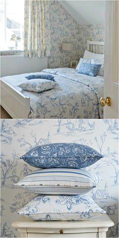 Chambre dans un cottage ● dans les tons de blanc et bleu.