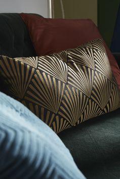 Un coussin qui mêle la palme de l'art déco et la couleur or