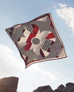 Louis Vuitton Collection Cruise 2019. Découvrez le carré de soie Louis Vuitton Graphic Patchwork,  une pièce moderne qui sublime toutes les tenues avec élégance. Disponible maintenant en ligne et en magasin.