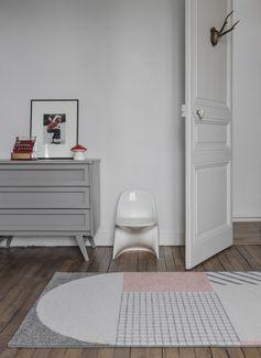 Ce tapis géometrique très tendance apportera une touche design dans la maison.