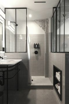 verriere loft dans la salle de bain et carrelage mural gris