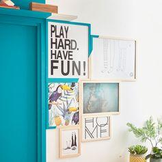 Des cadres joliment disposés et colorés pour un intérieur fun ! Parfait dans le salon-séjour ! #cadre #deco #ideedeco #homedesign #homedecor #madecoamoi #colorfull #color #salon #leroymerlin