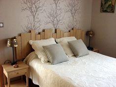 Une idée originale pour une tête de lit : du lambris.