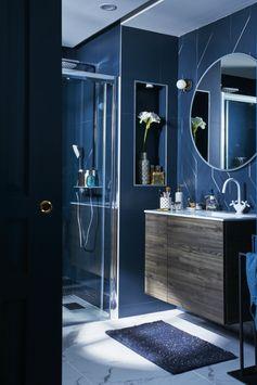 Une chambre parentale comme celles des palaces : qui n'en a jamais rêvé ? Ouverte sur une confortable salle de bains d'inspiration art déco, celle-ci impose son style.