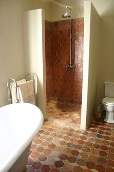 Réalisation sol et mur en terre cuite à partir de pierres anciennes de Bourgogne. Bathroom ideas with french terracotta's floor.