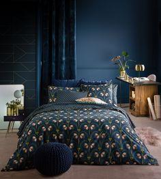 Le bleu nuit est la tendance déco 2018 à adopter pour nos intérieurs. Il peut occuper les murs pour les plus convaincus ou simplement apparaître en petites touches. Cdeco.fr vous propose quelques astuces pour relooker votre intérieur.