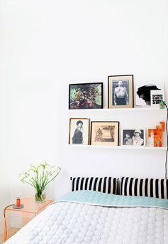 Home tour Vintage et folk à la fois. Une décoration éclectique. Mélange des styles dans cette chambre. étagères pour tableaux, table de nuit transparente ...