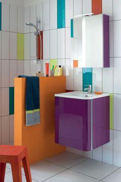 Une salle de bains multicolore.