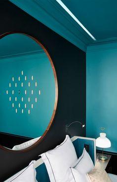 Hôtel Le Roch à Paris. Avec ses murs et son plafond peints en « Bleu Sarah » (Ressource), la 106 est une suite Bien-Être : un véritable hammam à la marocaine se love dans sa salle de bains.