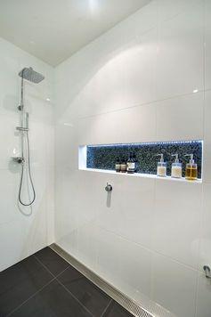 Dusche Bodengleiche mit Ablaufgitter, Ablage mit LED Beleuchtung, Wandfliesen…