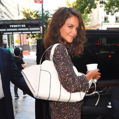 Ready for the day: Katie Holmes with her Tod's Sella Bag in #NewYork. #KatieHolmes #TodsSellaBag