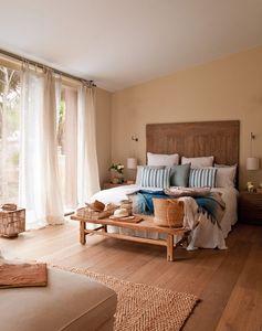 feng shui chambre à coucher avec un lit et un banc en bois