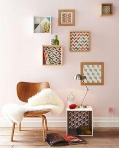 Des motifs scandinave dans les étagères pour une touche perso et récup : parfait pour une déco tendance avec du papier peint !