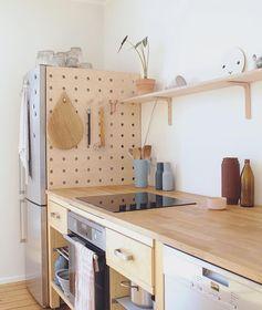 Protéger le côté du frigo en créant un petit boards où suspendre des trucs.