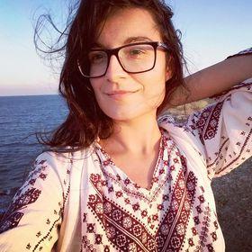 Monica Badiu Pinterest VA for Travel Brands | Travel Blogger | Entrepreneur & Paper Artist