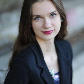 Nora Júlia