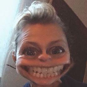 Flickvän har en online dating profil