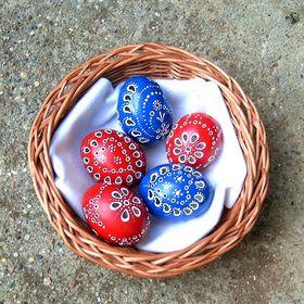 Áttört és batikolt tojások.