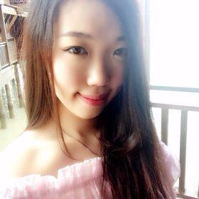 Elvira | Expat Travel Blogger