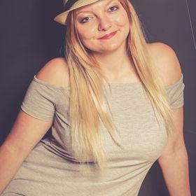 BlondeTravelGirl