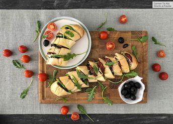 Baguette rellena de mozzarella, aguacate y tomates secos, vídeo receta fácil