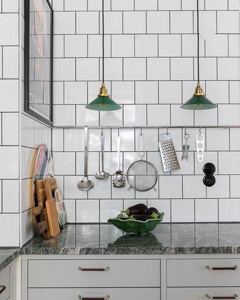 Ett av de finaste köken 🧚♀️Gröna skomakarlampor och matchande grön stenskiva av Bohusgranit. Stenbocksgatan fortsätter att leverera...…