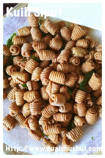 INTRODUCTION I had tried some very nice and tasty Kuih Siput last Chinese New Year when I was in Kuching. It is slightly crunchy , curry flavoured and is a savoury snack. I like it that prom…