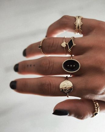 BAGUES . Black & Gold ♡ La petite nouvelle 👁 www.tha-maka.com #photooftheday #love #bijoux #bague #jewelry #gold #rings #bagues #bijou #thamaka