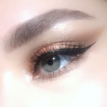 #coral #eyemakeup #coraleyemakeup #makeuptutorial #eyemakeuptutorial #eyemakeupvideo #makeupvideo Here're the steps: 一 Define the outer corner & along the lower lash line with 'SEXTROVERT' eye shadow  一 Apply 'ROSE VENUS' eye shadow all over the lid  一 Swipe Perma Precision Liquid Eyeliner across the lash line & extend into a wing  一 Apply FetishEYES Mascara & false lashes  一 Highlight the inner corner & brow bone with 'CELESTIAL' eye shadow Product: Pat McGrath Eyeshadow