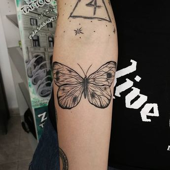 Mariposa que se lleva la bonita de @strix.nebula ❤️🦋 gracias por la confi de nuevo! /// DESLIZA ➡️➡️ ▪️ ▪️ #inklegal #ink #tattoo #line #linework #blackwork #linetattoo #puntillism #puntillismo #flower #inklegaltattoo #flowerstattoo #blackworker #blackworkspain #blackworktattoo #btattoing #albacete #albacetetattoo #tatuajesalbacete #butterflytattoo #butterfly #black #blacktattoo