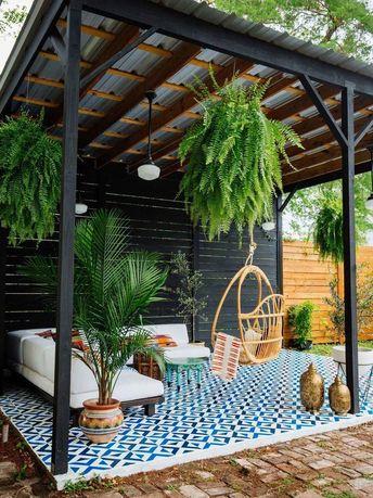 Traumhaft schön! Überdachte Terrasse mit Sitzgelegenheit, marokkanischen Fliesen und Hängesessel! #outdoorgarden