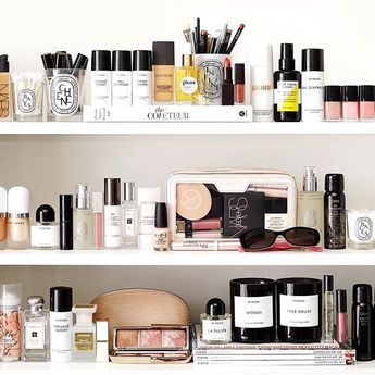 Spent the weekend organizing and cleaning 🙌🏻 some of my favorites from this #shelfie discussed on the blog today 💋 all the details listed on the post too for shelf, colors, sunglasses etc. #beautyfavorites #byredo #diptyque #oribe #lamer