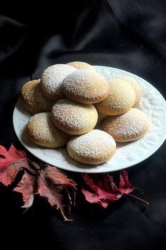 Biscuits au yaourt Quand une recette se transforme, au gré des inspirations, on pioche, on tente et enfin on réussit. Voilà donc la recette des biscuits au yaourt sans beurre, légers et délicieux que l'on peut déguster nature, saupoudrés de sucre glace ou pour les plus gourmands glacés au chocolat fondu #biscuitsauyaourt #biscuitssansbeurre #pâtisserie