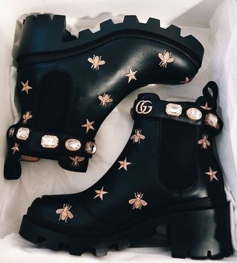 Essa ankle boot de couro preto brilhante possui solado robusto e elástico lateral para uma estrada pull on. Conta ainda com uma tira no calcanhar com aplicações que relembram joias vintage.