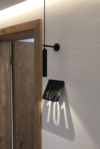 2F Lightroom - Zimmernummer Leuchte Hotel Edelweiss Wagrain