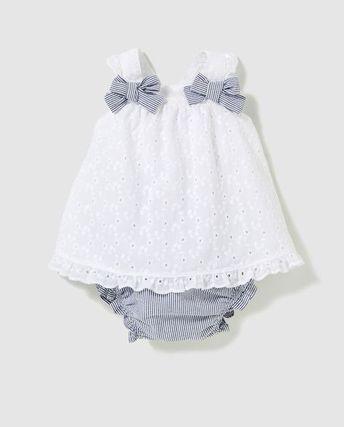 Doce menina vestido em branco com arcos