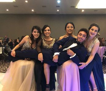 Having the time of our lives 🎓 #PROM . . . . . . . . #friends #promdresses #graduación #derecho #promnight #celebrate #education #highered… #prompictures