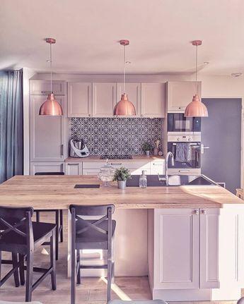 Modern farmhouse kitchen / Cottage kitchen / Cuisine campagne chic / Cement tile backsplash / Crédence carreaux de ciment / Suspension cuivre / Chaises îlot central