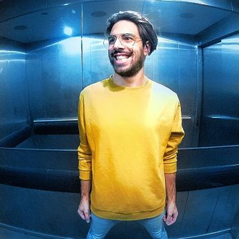 That curious elevator atmosphere 🔼🔽 ◎ ◎ ◎ ◎ ◎ 📷@motivskij ◎ ◎ ◎ ◎ #elevator #gallery #smile #instagroove #drummerlife #pic #yellow #firstpost #fun #portrait #face #smile #autumn #blue #business #musician #style #ipreview via @preview.app