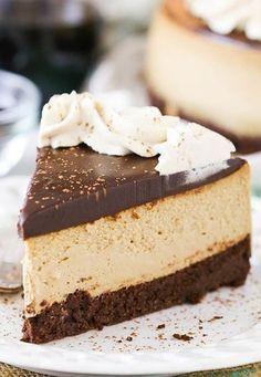 Cheesecake tatlı dünyasının en özel lezzetlerinden biri. Pek çok yerde karşımıza çıkan ve pek çok kişinin elinden yediğimiz bir tatlı. Ama maalesef herkes kıvamında ve güzel cheesecake yapamıyor. Şimdi, size vereceğimiz çikolatalı cheesecake tarifi ve püf noktalarıyla harika bir şey ortaya çıkarabilirsiniz.Vereceğimiz cheesecake tarifinin temelini aynı şekilde uygulayarak farklı aromalarda olan versiyonlarını da yapabilirsiniz. Bunun …