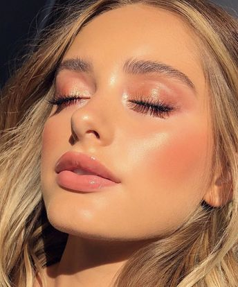 Gorgeous glowing summer makeup look! #makeup #glowing #summermakeup #summer #skin #glowingskin #lips # eyemakeup #blonde #hair #highlighter