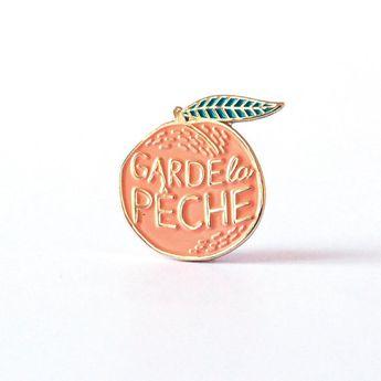 """Peach pin """"Garde la pêche"""" illustration"""