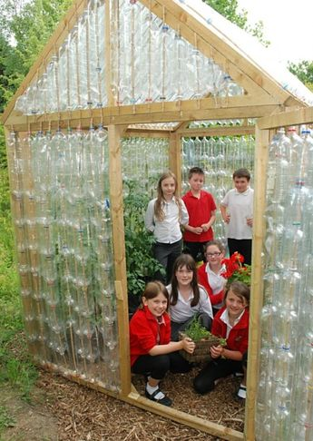 UK School Children Build a Greenhouse Out of Recycled Plastic Bottles...